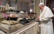 Papa Francisco faz visita ao corpo incorrupto de Padre Pio