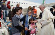 Papa visita ilha grega e leva refugiados para Itália